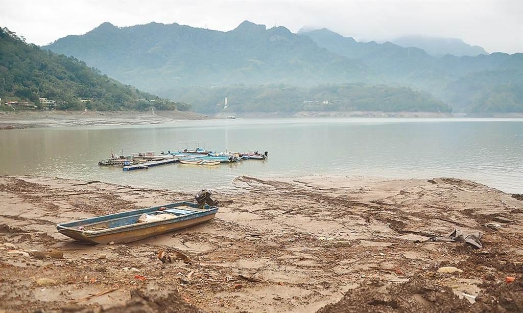 石門水庫蓄水率跌破2成,外界開始擔心新竹供水也會跟著拉警報。圖為石門水庫因水位下降露出大量淤泥。(資料照/賴佑維攝)