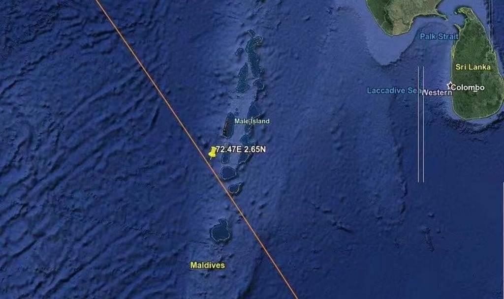 大陸長征5號火箭殘骸墜落點在北緯2.65度、東經72.47度的印度洋海域,大約位置在印度洋著名度假勝地馬爾地夫西南達盧環礁外海42公里處。(圖/推特@Liptonfindx)