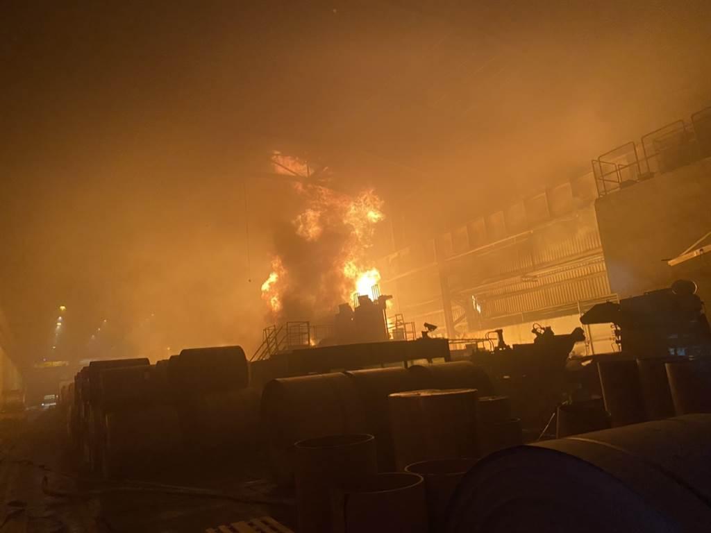 高雄市岡山區興隆街燁聯鋼鐵股份有限公司9日晚間9時07分,疑因油槽燃燒發生火警。(翻攝照片)