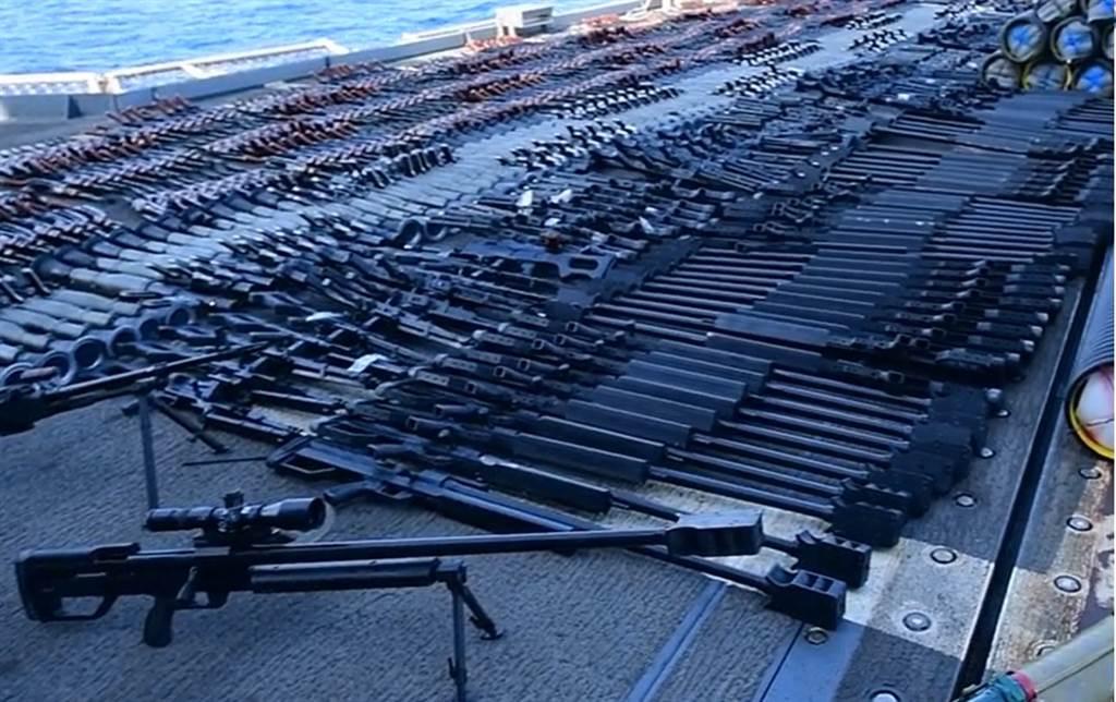 蒙特利號巡洋艦把沒收的武器舖在直升機甲板上,幾乎擺得滿滿的。(圖/US NAVY)