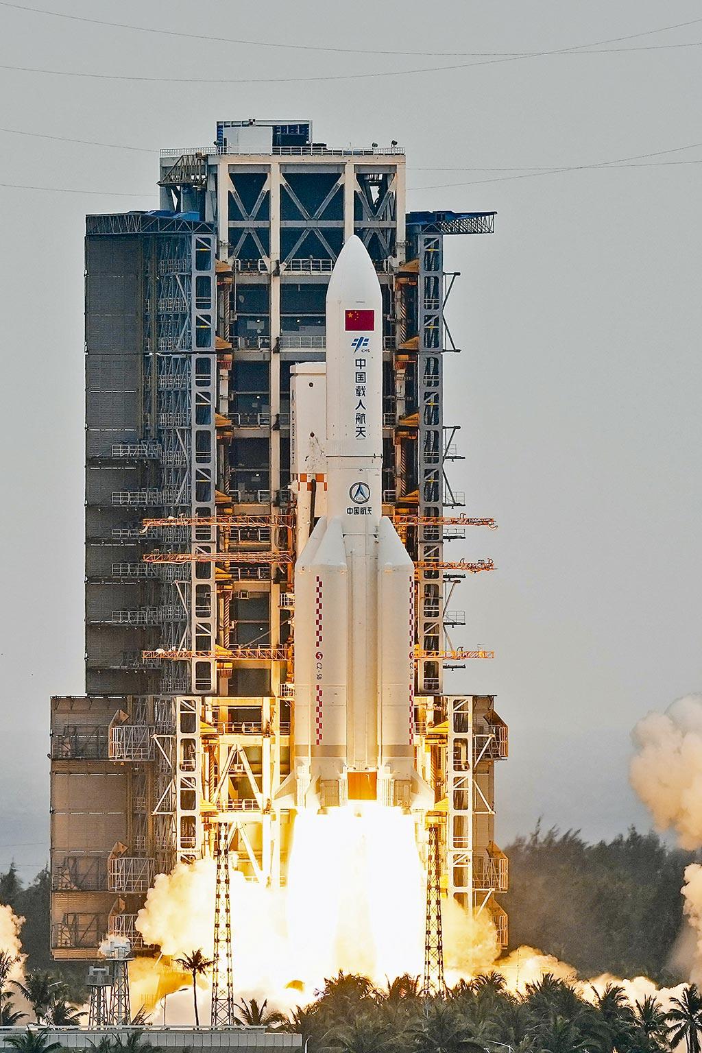 大陸長征五號B運載火箭4月29日發射升空,部分殘骸可能墜回地球。(新華社)