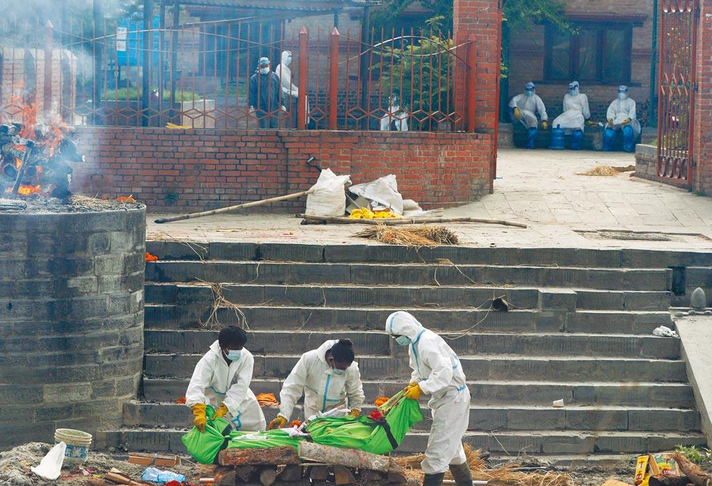 尼泊爾面臨和印度一樣嚴峻的疫情,不僅確診病例激增,醫院病床和氧氣供應也短缺。圖為加德滿都的火葬場。(美聯社)