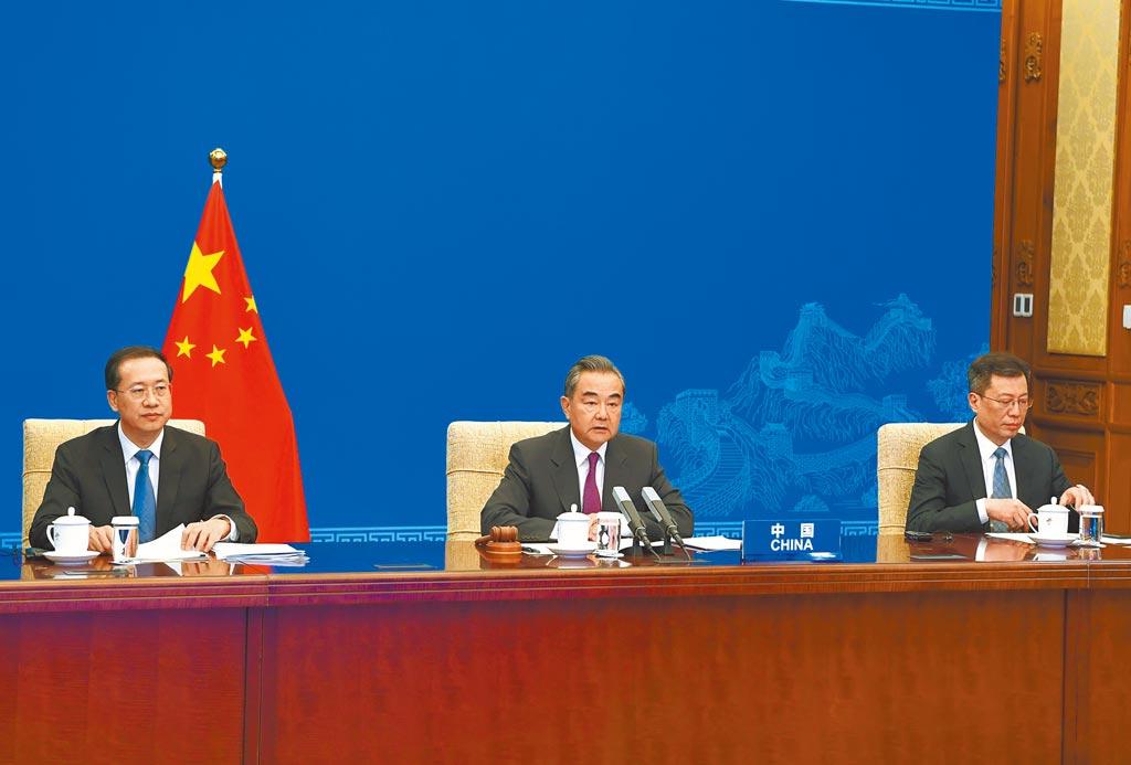 中國外長王毅(中)7日以視訊方式主持聯合國安理會高級別會議。(新華社)