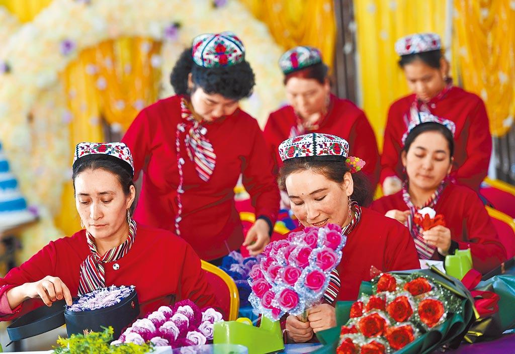 美德英三國將於12日合辦聯合國線上會議,討論新疆人權議題。圖為新疆烏魯木齊居民製作絹花工藝品。(中新社)
