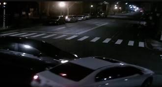清晨路口搶快釀車禍 駕駛留41發子彈棄車逃