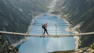 260公尺高空玻璃吊橋被風吹碎 他抱柵欄秒軟腿