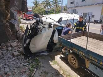 屏東滿州小客車撞進民宅 車頭全毀