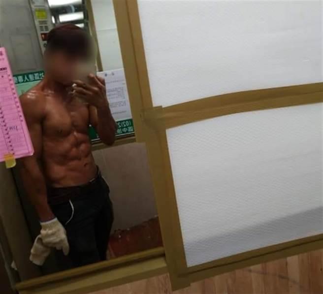 「工地哥」分享工作後的自拍照,好身材引起網友熱烈討論。(翻攝爆怨2公社臉書)