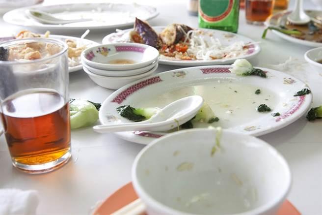 身體無不適,就醫發現高血脂,醫師點出,若是吃飯時準備過多食材,又怕浪費而勉強吃完,這個習慣會害人肥油狂囤,引發高血脂。(示意圖/常春月刊提供)