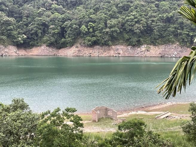 千島湖中的山露出土石,居民強調並不常見。(張達智攝)