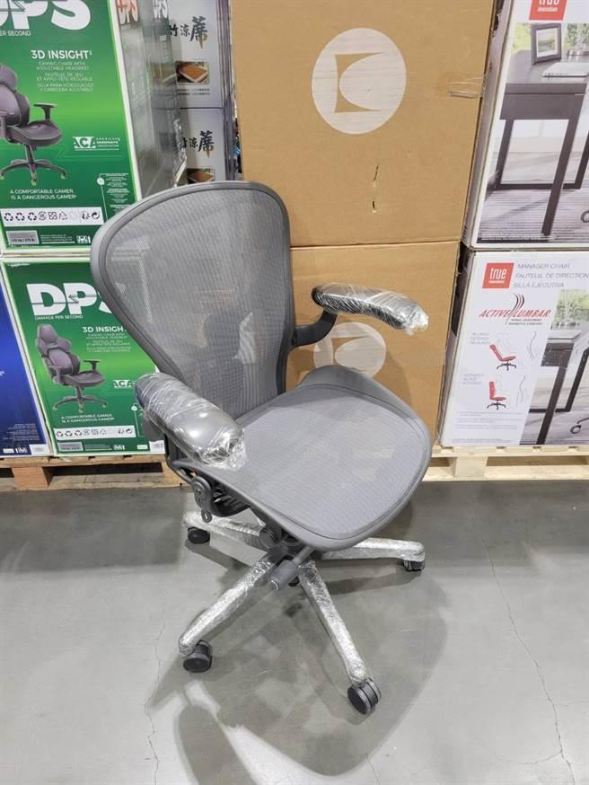 一名女網友在好市多看到一張電腦椅要價近4萬元,相當傻眼。(翻攝自 Costco好市多 商品經驗老實說)
