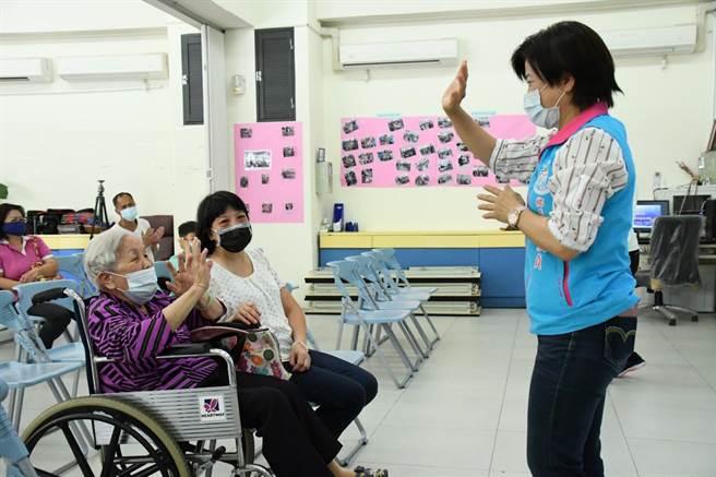 鄉長游淑貞(右)昨也在活動中以自己照顧失智母親的經歷提醒民眾需重視失智議題。(吉安鄉公所提供/羅亦晽花蓮傳真)