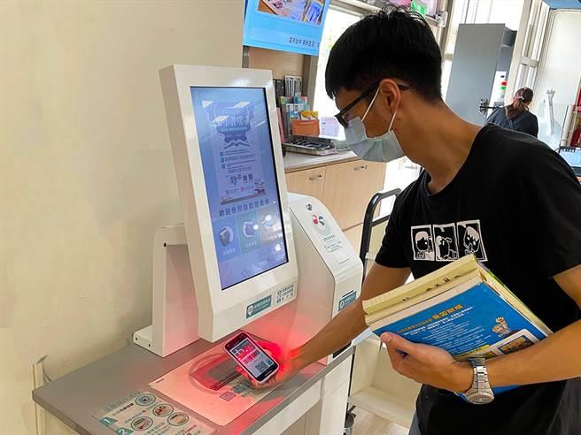「台中e指通」數位市民平台,5月新增持虛擬市民卡借書功能,手機就是你的借閱證。(台中市府提供/盧金足台中傳真)
