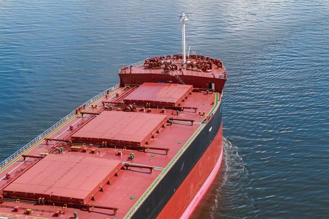 散裝船載運穀物、礦砂等貿易商品。(圖/shutterstock)