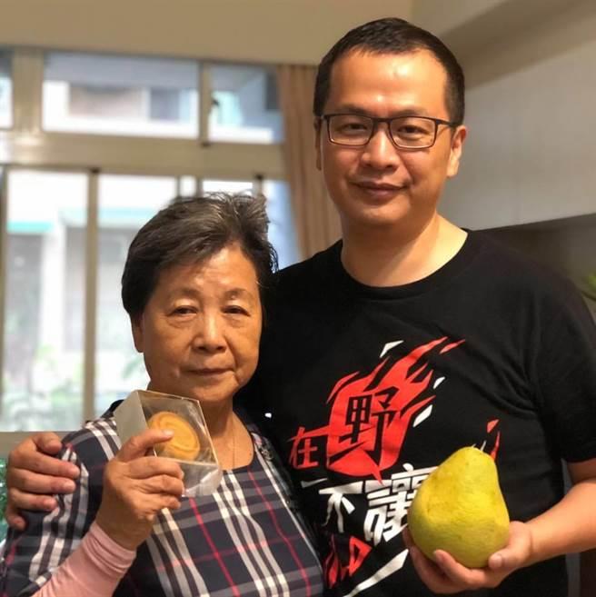 台北市議員羅智強透露,因為自己決定從政,媽媽因此得了重度憂鬱症長達10年。(圖/摘自羅智強臉書)