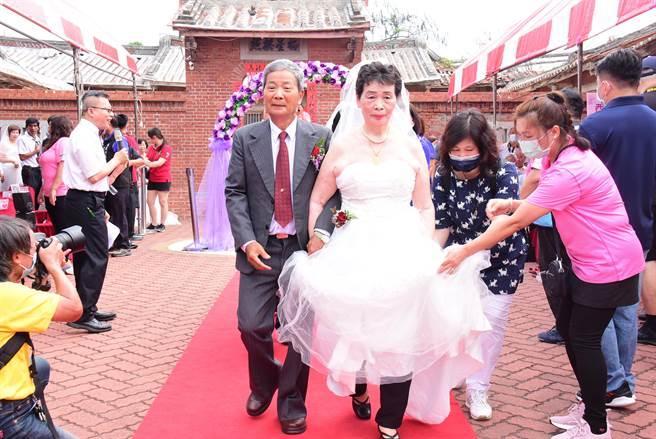 王惠美表示,長輩們年輕結婚時可能坐轎、搭計程車,但就是沒有這麼漂亮的婚紗,今天算是幫他們圓夢了。(吳建輝攝)