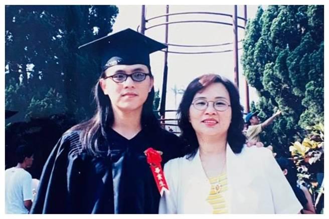 國民黨立委陳以信(左)分享和母親的合照。(圖片摘自陳以信臉書)