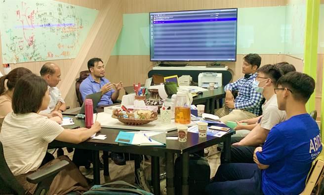 先進醫資創辦人黃兆聖(中左)大方分享因病棄醫創業心路歷程,令在場同學為之動容。(柯宗緯翻攝)