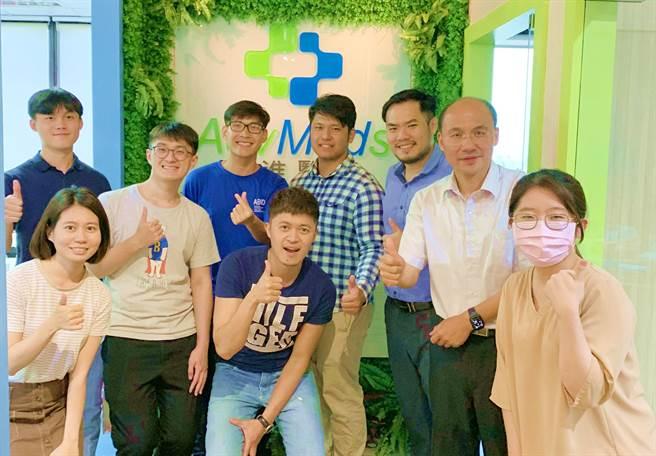 來自越南、目前就讀高科大電子工程系的楊德俊(右)盼將先進醫資雲端系統導入越南提升醫療精準度。(柯宗緯翻攝)