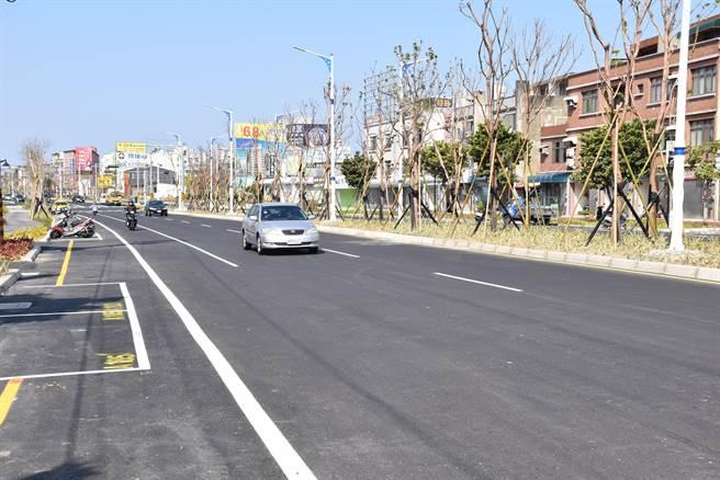 頭份市中央改善工程中,不間斷綠色路網栽植大量喬木,獲得營建署肯定。(謝明俊攝)
