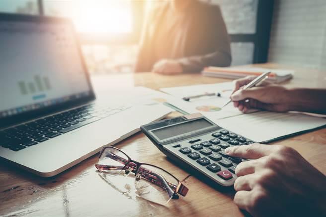 股利所得怎么报税最划算?关键在股利所得有没有超过94万元,以及所得净额适用的综合所得税税率。(示意图/达志影像)