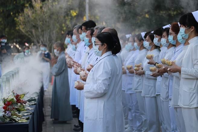 醫護團隊在靜思精舍師父帶領下,以恭敬虔誠的心參與浴佛。(台中慈濟醫院提供/陳淑娥台中傳真)