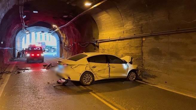 蘇花公路、台9丁線61.2公里處和中隧道內,今天早上發生一起自小客車自撞隧道意外。(警方提供/羅亦晽花蓮傳真)