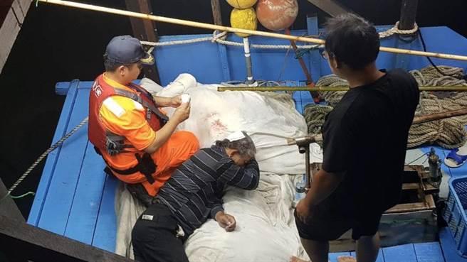 船長失足落海,海巡人員協助救援。(海巡署提供)