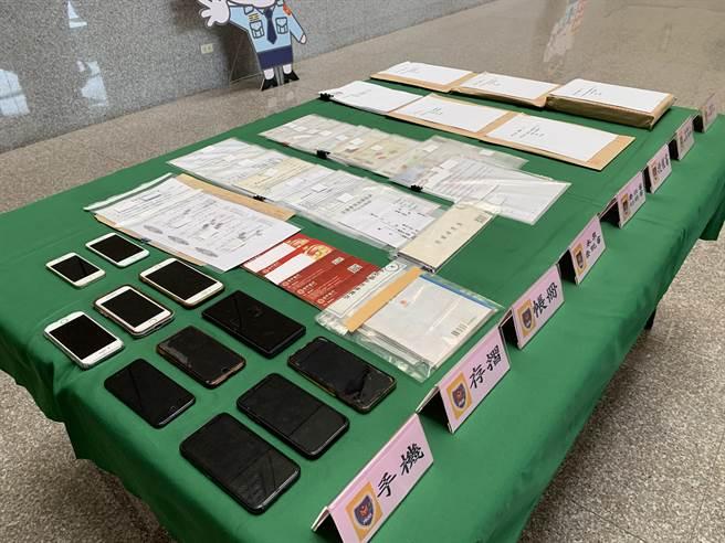 南投警方破獲以陳姓男子為首的暴力討債集團,查扣帳冊、手機等相關犯案證據。(林欣儀攝)