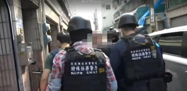 警方日前荷槍實彈搜索陳男所屬的暴力討債集團,並逮獲相關成員共9人。(民眾提供/林欣儀台中傳真)