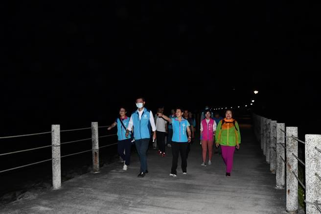 吉安鄉公所日前在化仁海堤旁的步道增設20盞新路燈,並會同相關單位前往現地試走,由於新建路燈增加地方財政負擔,鄉公所也推出路燈認養活動。(吉安鄉公所提供/羅亦晽花蓮傳真)
