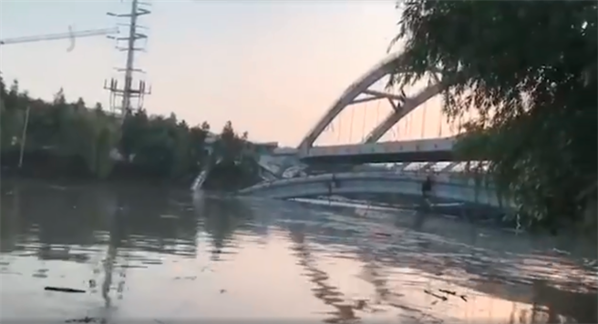 浙江紹興市一座即將完工的興建中橋樑發生坍塌,現場無人傷亡。這座橋樑屬於杭紹台高速公路的紹興城區段,是當地歷來規模最大的基建,原訂6月底驗收。(圖/微博視頻截圖)