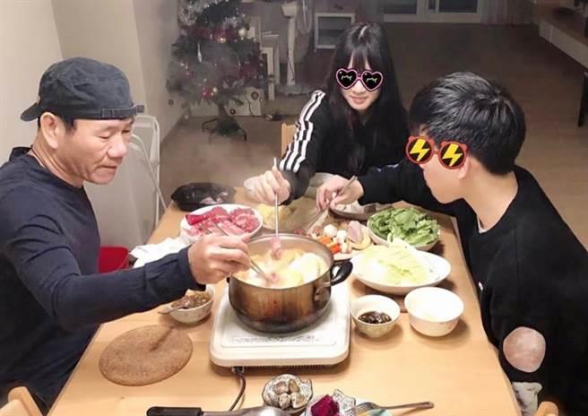 孩子們愛吃火鍋,趙傳親自備料陪兒女享用。(摘自趙傳IG)