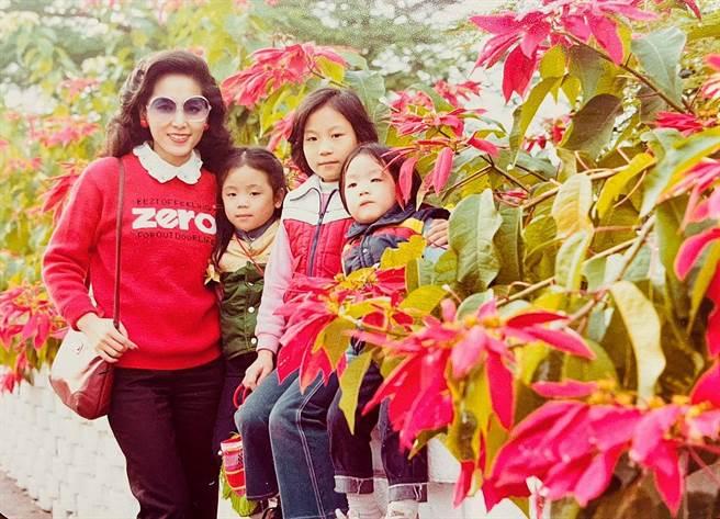 蔣萬安9日母親節,於臉書曬出與母親合照。(圖/翻攝自 蔣萬安臉書)