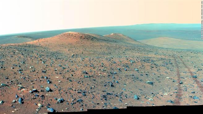 機會號拍攝的火星照片,看起來像是荒漠,但說不定還有真菌類的生物在土地下存活。(圖/NASA)