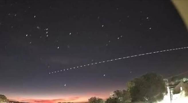 由巴西的觀測者連續攝影做成的長征5B火箭殘骸重返大氣層落海路徑圖。(圖/推特@redditSpacePorn)