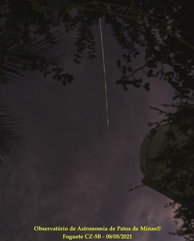 巴西Patos de Minas觀測站攝得長征5B火箭殘駭劃過夜空。(圖/推特@Ale_com6sao)