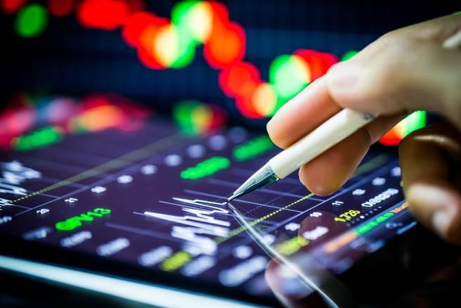 分析师表示,在传产涨高同时,投资人或可回头找寻质优电子股。(示意图/达志影像/shutterstock)