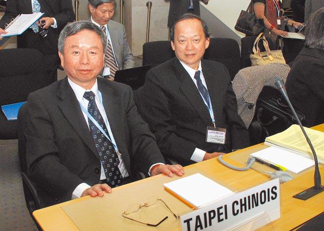 國際社會力挺台灣參與WHA,讓大陸外交官忙於應付。圖為2010年時任衛生署長楊志良(左)與前署長葉金川共同出席第63屆世界衛生大會。(中央社)