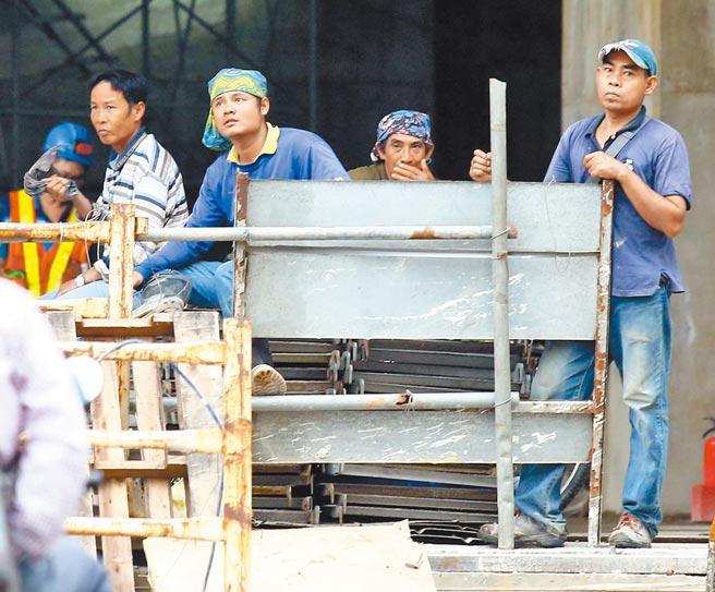 行政院3月拍板放寬民間營造業引進移工規定,擬開放如興建購物中心、都市更新等民間工程引進移工,最多將增加3400名。(本報資料照片)