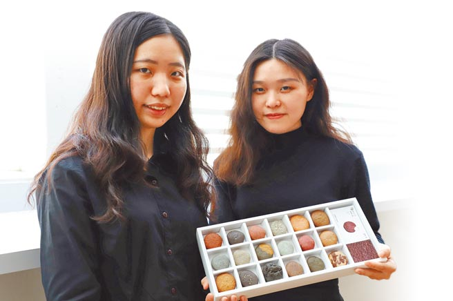 台科大設計系學生王靖蓉(左)、張雅茜把餅乾做成各式台灣土壤的樣子,讓大家用「吃土」的方式,認識這塊土地。(台科大提供/李侑珊台北傳真)