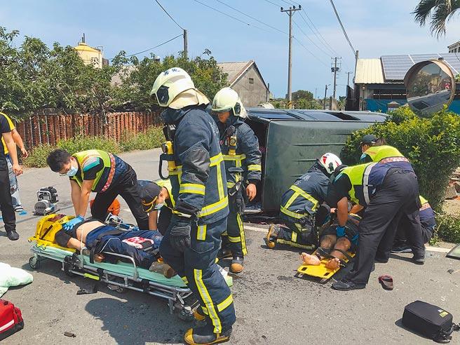 芳苑消防分隊人員到場救援,利用破壞器材剪開扭曲變形的廂型車車體,將受困乘客救出送醫。(民眾提供/謝瓊雲彰化傳真)