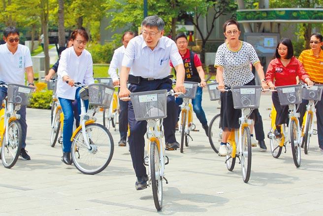 台北市8日啟用新建置的YouBike 2.0站點,市長柯文哲(前)等人也親自試騎。(張鎧乙攝)