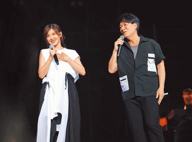 周華健(右)一路以來都很照顧蘇慧倫,兩人交情深厚默契十足。(滾石唱片提供)