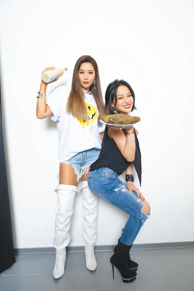 A-Lin(左)昨開唱前,戴愛玲送上媽媽包的粽子為她加油打氣。(众悅娛樂提供)