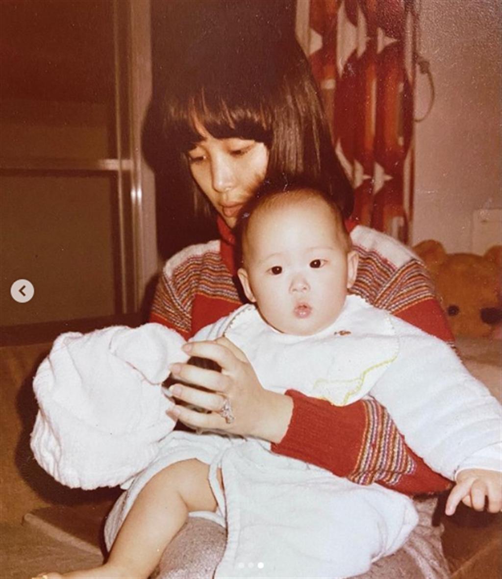 何念慈24歲時,抱著才7個月大的孫芸芸。(翻攝自孫芸芸IG)