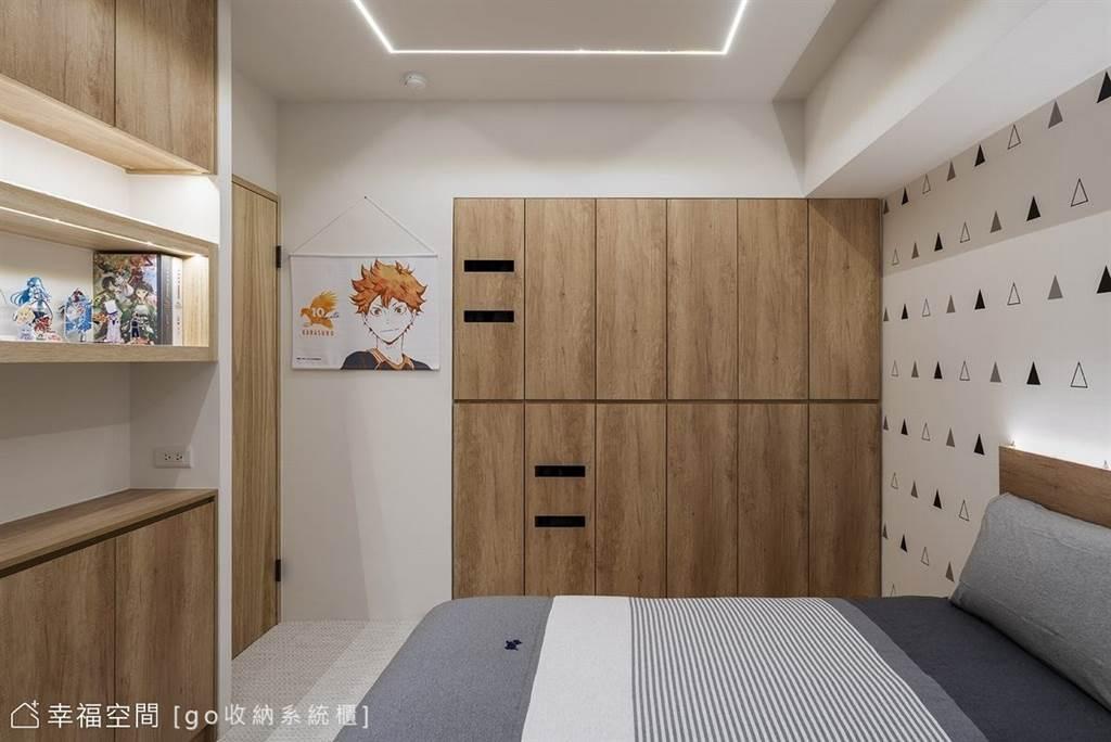 系統櫃的設計已進化到可以有無把手或溝縫設計,不僅能讓空間立面更顯俐落簡潔,動線安排上也增加了安全度。(圖片提供/go收納系統櫃)