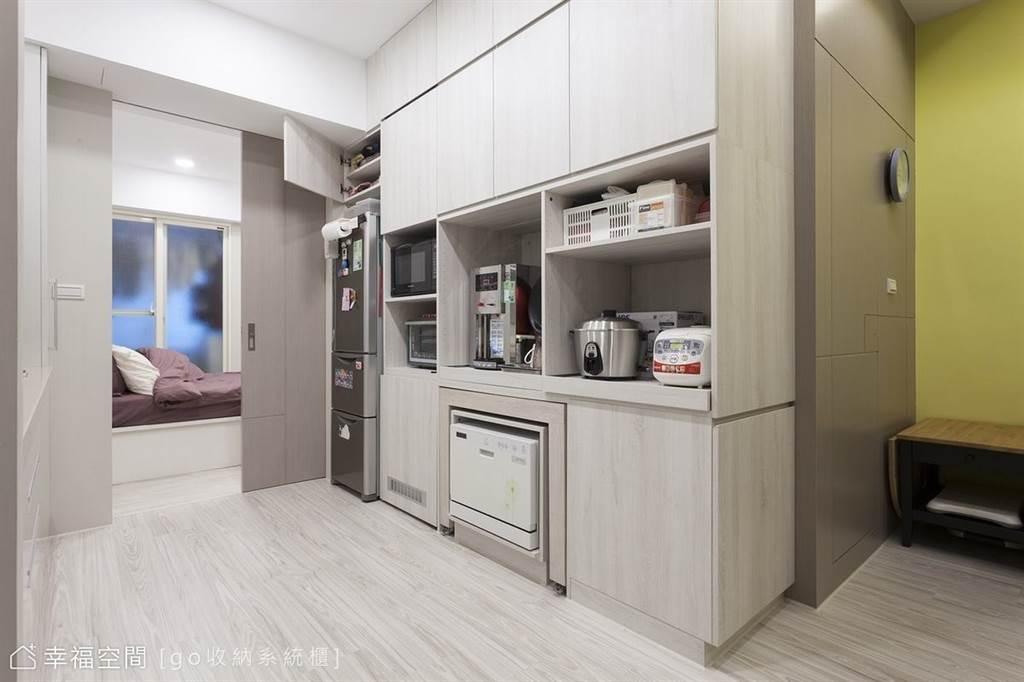 像是餐櫃或小孩的書桌,建議可以使用系統櫃作規劃設計,較耐磨且易保養。(圖片提供/go收納系統櫃)
