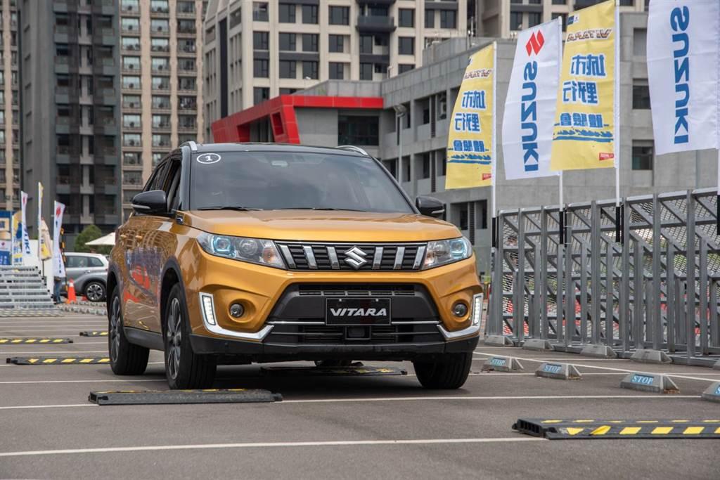 Small Bumpy 微顛簸體驗:模擬顛簸路面時,卓越的懸吊系統及高度車體剛性,可提供更加舒適且安全的駕乘體驗。