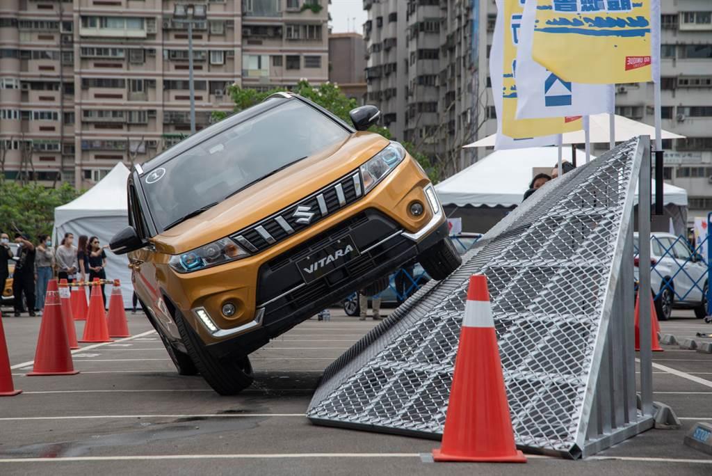 Side Slope Test 側傾斜體驗:體驗車身底盤的穩定性,無論是日常或是郊區越野都能保護車主安全。